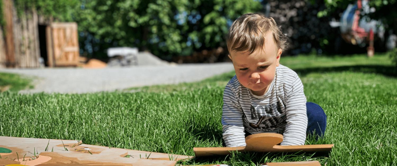 Spielendes Kind auf dem Ferienhof Sennert
