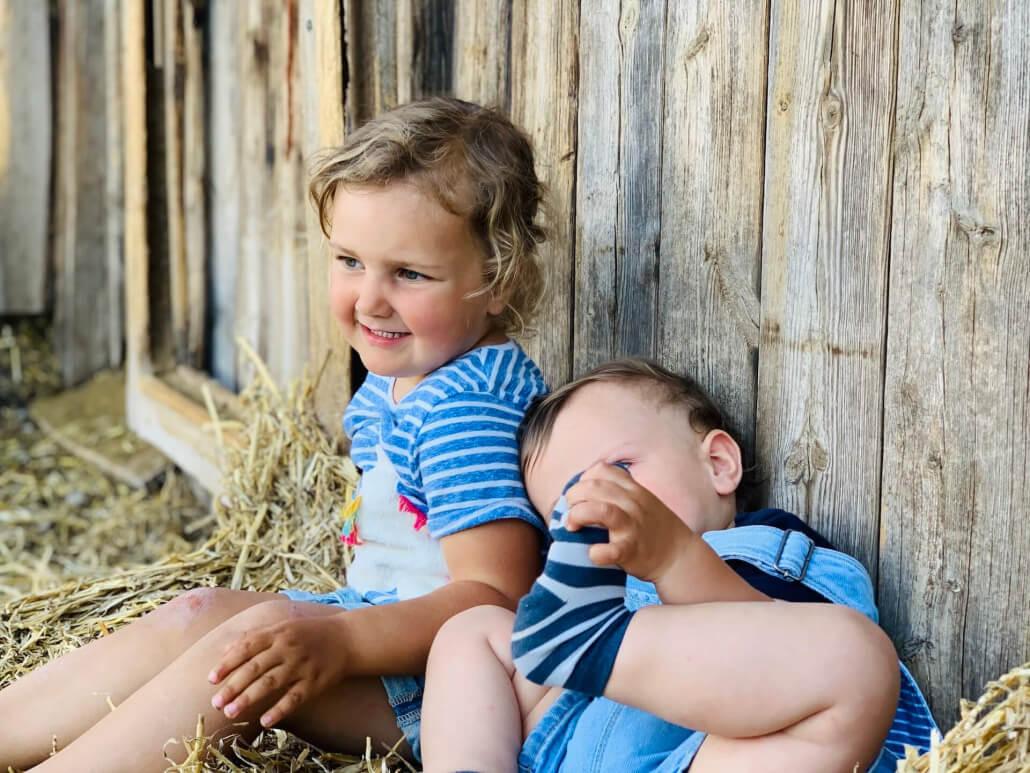 Kinder beim Beobachten der Tiere